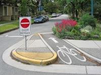 Остров за влизане на обратно движещите се велосипедисти за по-голяма безопасност